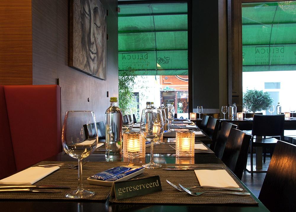 Gedekte en gereserveerde tafels voor een groep bij restaurant De Luca, Passage Den Haag